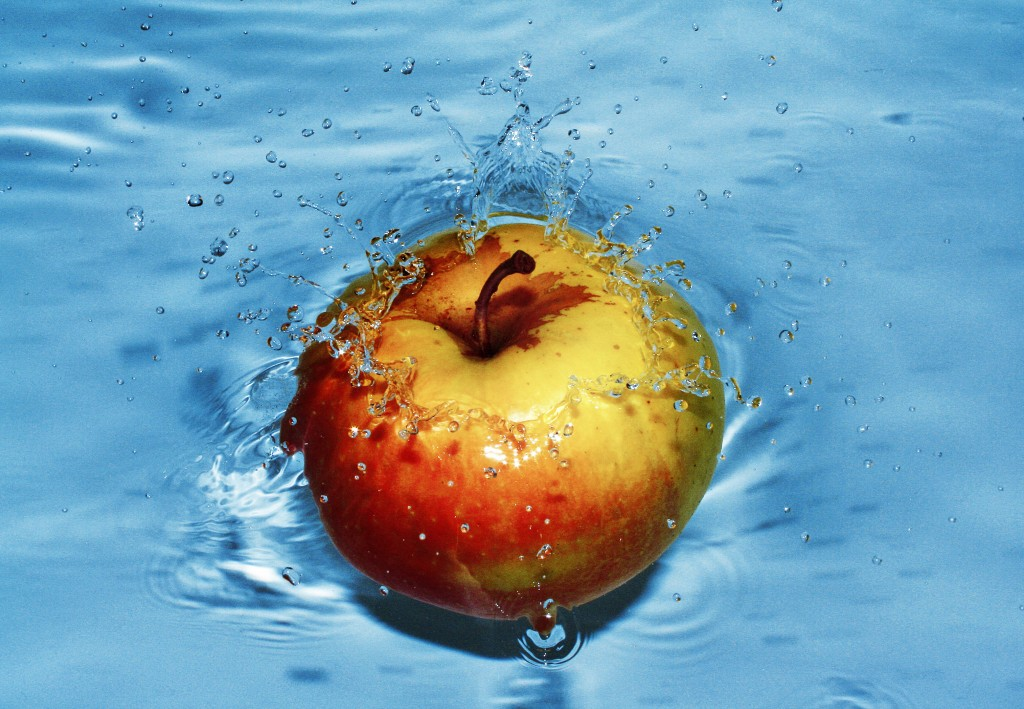 apple in water
